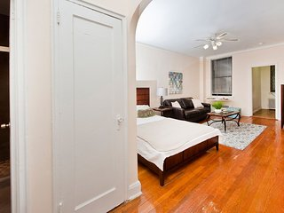 Large STUDIO - MODERN DECOR - 1 BLOCK FROM EXPRESS SUBWAY - FULLY RENOVATED 8593