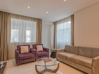 Spacious 1BR Apartment with Canal View close to Down Town, Dubai