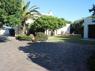 Smuts Ave. Guest Rooms (The yellow room), Hermanus