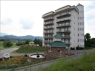 Luxurious 2bd/2ba Condo, Close to Dollywood. Golf and Mountain Views!
