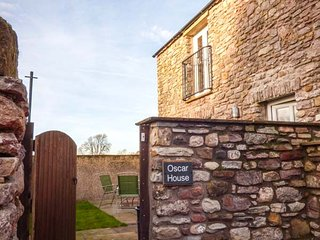 OSCAR HOUSE, great views, close to town centre, upside down accommodation, in Kirkby Stephen, Ref 949590