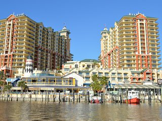 Emerald Grande Penthouse!!! Amazing Views of Crab Island! 55' Curved TV, Destin