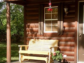 Cozy cabin sleeps 4 - quiet setting at crossroads of Katy and Rock Island Trails