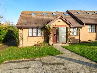SERENDIPITY, semi-detached, conservatory, WiFi, enclosed garden, nr Freshwater, Ref 936741
