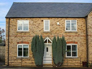SPINNAKER HOUSE, semi-detached, lawned garden, WiFi, in Edith Weston, Ref 941525