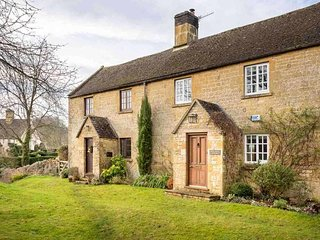 Green Knoll Cottage is located in a row of cottages on a grassy knoll, Chipping Campden