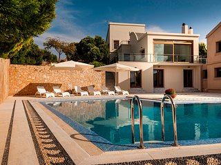 Super Luxurious Villa with Large Private Pool and Landscaped Gardens Sleeps 14, Akrotiri