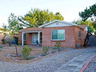 BEAUTIFULLY DECORATED Central Location - close to U of A, Downtown, Tucson