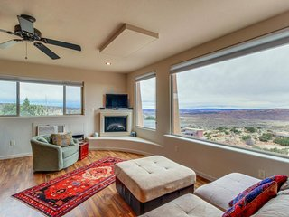 Modern desert retreat w/ gorgeous mountain views & private hiking trails!, Moab
