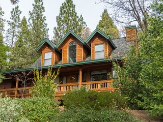 Beautiful cabin in the woods, sleeps 8, hot tub!
