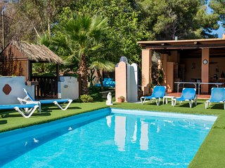 Villa 7 mins to Playa den Bossa, pool/play area