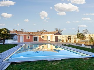 Spacious and elegant country house among the vineyards of Médoc, with pool and jacuzzi!, Saint-Germain-d'Esteuil