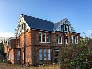 4 THE NAB HOUSE, first floor apartment, en-suite, Smart TV, WiFi, garden, in, Bembridge