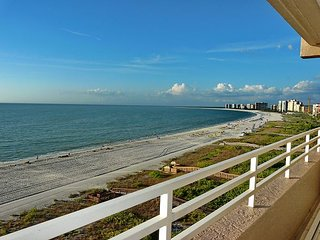Beachfront condo w/ panoramic ocean views, heated pools & tennis courts, Isla Marco