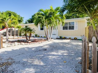 Quiet dog-friendly home with tropical surroundings, private hot tub, and more!