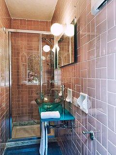 Second batrhoom with shower
