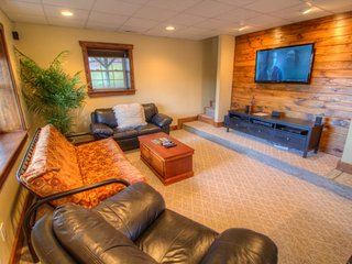 Sleeps 10, Minutes to Blowing Rock and Boone, Long Views, Game Tables, Large Flat Screen, Walk or Short Drive to Ski Slopes, Sleeps 10