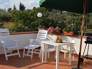 Villa Rossella Alloggio B -per 3 persone, Wifi gratis,posto auto e prato privati, Tinchi