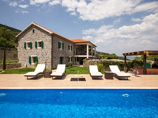 Luxury villa with pool, garden and spectacular sea and mountain views