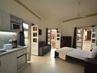 Old City Los Balcones Studio #203 - 3 Private Balconies/Rooftop- AC/hot H20/WiFi, Cartagena