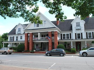 Nu Wray Inn, Whole Inn or by the Room, 35 mins to Downtown Asheville, Free WiFi