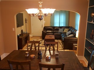 Great House 2.2 Miles from Downtown. Sleeps 10 with lots of room., Knoxville