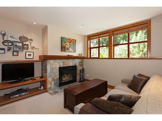 'The Woods' - 2BR w/ hot tub access - steps from Lost Lake!, Whistler