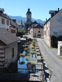 Vue depuis la fenêtre de la salle à manger vers le centre du village.