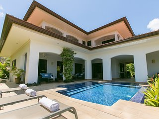 Magnificent 4-bedroom mansion with private pool on golf course in conchal