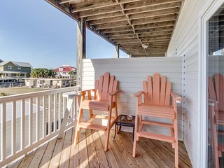 Home w/ partial ocean view, 100 steps to Mexico Beach - snowbirds welcome!