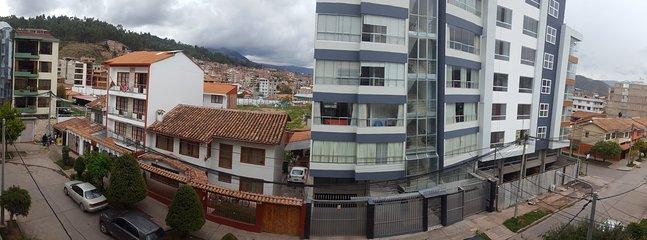 Vista del vecindario moderno, limpio y seguro.