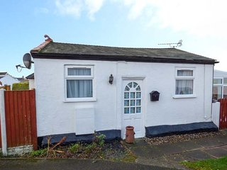 LITTLE BRYN FFYNNON, detached chalet, en-suite bedroom, enclosed garden, ideal f