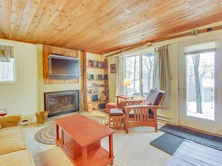 Condo with a shared seasonal pool & tennis courts - walk to ski trails!