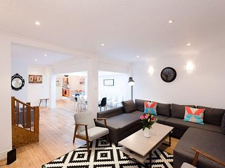 Spacious Queens Gate apartment in Kensington & Chelsea with dakterras., London