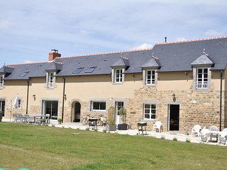 Le Clos Varien – Traditional, 2-bedroom house near Dinge with WiFi, a terrace and garden views