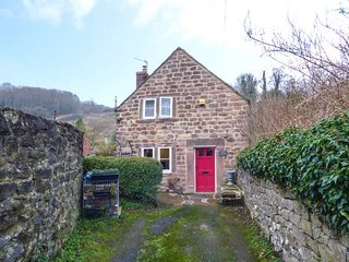 JOLLY HATTER, woodburning stove, pet-friendly, countryside views, Cromford, Ref