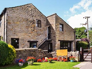 KINGFISHER, pet-friendly, patio with hot tub, Addingham, Ref 950576
