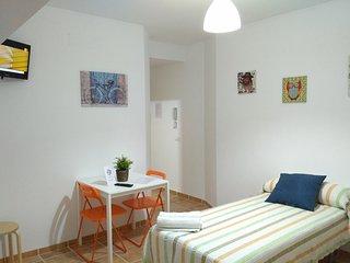 Habitacion en el centro de Nerja, con wifi gratis, terraza y baño privado.