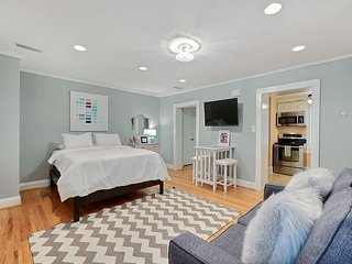 Perfect Getaway for 2 On Jones St in the Heart of Downtown, Savannah