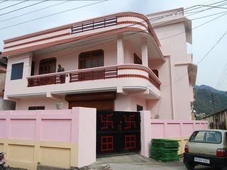 HariHar Niwas-Studio Apartment, near river Ganges, ideally located yoga, rafting, Tapovan