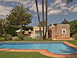 KM6  4 bedroom private garden pool BBQ Great location 6 km from Ibiza + beaches