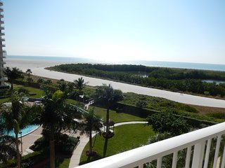 Gulf Beachfront 2BR 2BA Condo All Day Sunshine!, Île de Marco