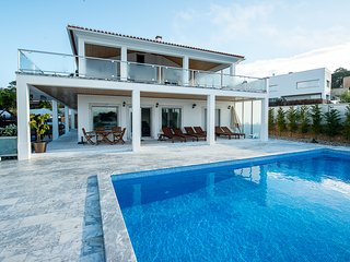 Luxury modern family villa with private heated pool, lagoon views, free wifi, Foz do Arelho