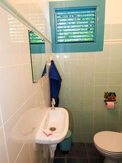 WC séparé et son petit lavabo.