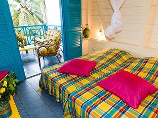 chambre à 2 lits sur terrasse vue mer, climatisation, moustiquaires, ventilateur, placard.