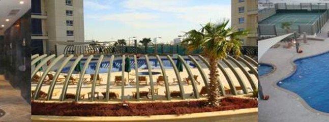 de lujo con jardines y piscina