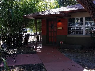 Historic Kenwood Duplex Apt. - Near Exciting Downtown St. Petersburg & Beaches, San Petersburgo