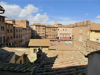 BEAUTIFUL APARTMENT with VIEWS 0F PlAZZA deI CAMP0, Siena