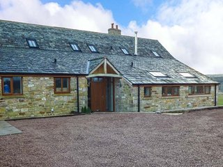 PEGGIES BARN, woodburning stove, double bedrooms with en-suites, Maulds Meaburn,