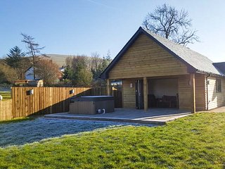 CABAN DULAS, ground floor lodge, lovely countryside views, hot tub, Rhayader, Ref 934166